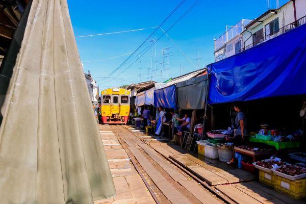 Mae Klong Railway Market (Talad Rom Hoop)
