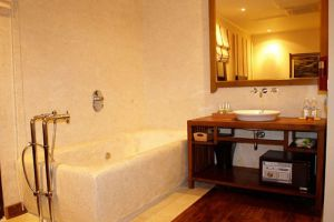 Ancient-Hotel-Ban-Phoneheuang-Luang-Prabang-Laos-Bathroom.jpg