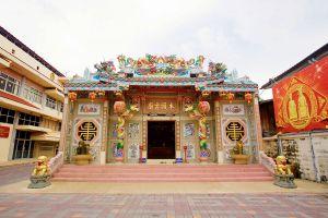 Chao-Por-Chao-Mae-Na-Pha-Shrine-Nakhon-Sawan-Thailand-01.jpg
