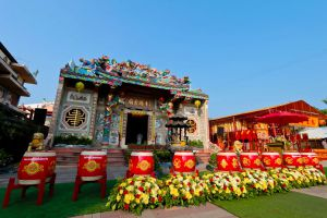 Chao-Por-Chao-Mae-Na-Pha-Shrine-Nakhon-Sawan-Thailand-05.jpg