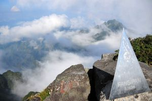 Fansipan-Mountain-Lao-Cai-Vietnam-001.jpg