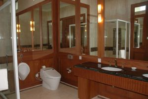 Golden-Myanmar-Hotel-Naypyitaw-Bathroom.jpg