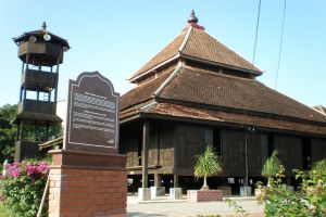 Kampung-Laut-Mosque-Kelantan-Malaysia-001.jpg