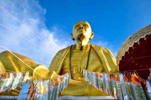 Khruba-Sri-Wichai-Monument-Sinlatham-Chao-Lamphun-Thailand-01.jpg