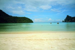 Loh-Dalum-Bay-Phi-Phi-Krabi-Thailand-01.jpg
