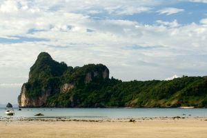Loh-Dalum-Bay-Phi-Phi-Krabi-Thailand-02.jpg