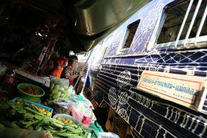 Mae-Klong-Railway-Hoop-Rom-Market-Samut-Songkhram-Thailand-06.jpg