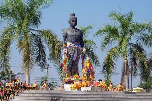 Pho-Khun-Pha-Muang-Memorial-Petchaboon-Thailand-07.jpg