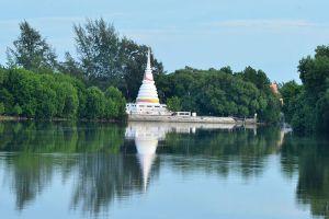 Phra-Chedi-Klang-Nam-Rayong-Thailand-001.jpg