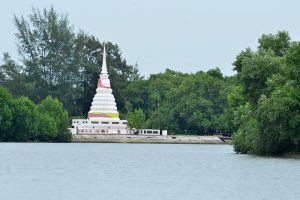 Phra-Chedi-Klang-Nam-Rayong-Thailand-002.jpg