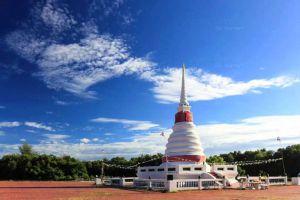 Phra-Chedi-Klang-Nam-Rayong-Thailand-003.jpg