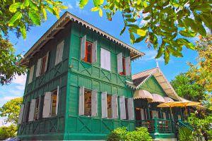 Phra-Chuthathut-Ratchathan-Palace-Museum-Chonburi-Thailand-04.jpg