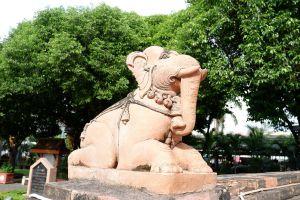Phra-Nang-Chamathewi-Monument-Lamphun-Thailand-04.jpg