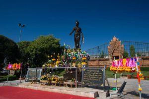 Phra-Nang-Chamathewi-Monument-Lamphun-Thailand-05.jpg