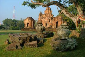 Prasat-Sikhoraphum-Surin-Thailand-02.jpg