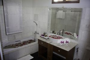 Royal-Nadi-Resort-Taunggyi-Myanmar-Bathroom.jpg