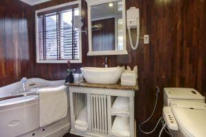 Signature-Cruise-Halong-Vietnam-Bathroom.jpg