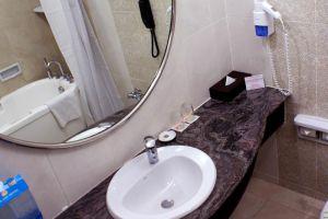 Sunlake-Hotel-Jakarta-Indonesia-Bathroom.jpg