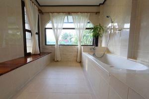 Thavonsouk-Resort-Vang-Vieng-Laos-Bathroom.jpg