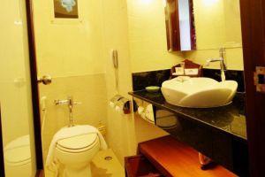 The-Empress-Hotel-Convention-Centre-Chiang-Mai-Thailand-Bathroom.jpg