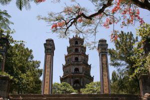 Thien-Mu-Pagoda-Hue-Vietnam-002.jpg