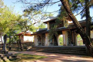 Thien-Mu-Pagoda-Hue-Vietnam-005.jpg