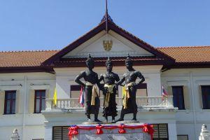 Three-Kings-Monument-Chiang-Mai-Thailand-02.jpg