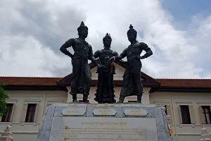 Three-Kings-Monument-Chiang-Mai-Thailand-05.jpg