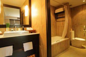Tohsang-City-Hotel-Ubon-Ratchathani-Thailand-Bathroom.jpg
