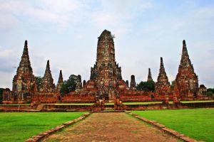 Wat-Chaiwatthanaram-Ayutthaya-Thailand-001.jpg