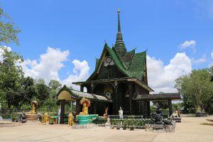 Wat-Pa-Maha-Chedi-Kaew-Lan-Khuad-Temple-Sisaket-Thailand-02.jpg