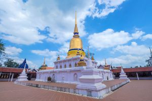 Wat-Phra-Borommathat-Sawi-Chumphon-Thailand-01.jpg