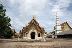 Wat-Phra-Phutthabat-Huai-Tom-Lamphun-Thailand-02.jpg