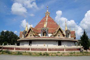 Wat-Phra-Phutthabat-Huai-Tom-Lamphun-Thailand-04.jpg