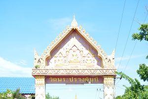 Wat-Phra-Prang-Muni-Sing-Buri-Thailand-06.jpg