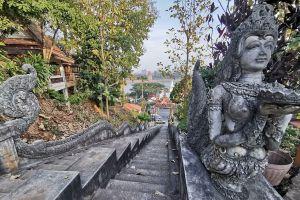 Wat-Phra-That-Doi-Pu-Khao-Chiang-Rai-Thailand-04.jpg