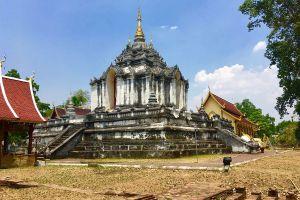 Wat-Phra-Yuen-Lamphun-Thailand-02.jpg