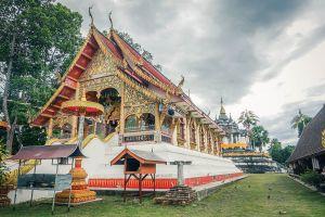 Wat-Phra-Yuen-Lamphun-Thailand-06.jpg