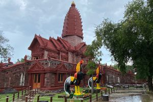 Wat-Phrai-Phatthana-Sisaket-Thailand-06.jpg
