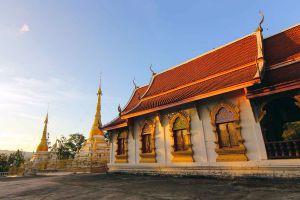 Wat-Phrathat-Chom-Tong-Mae-Hong-Son-Thailand-01.jpg