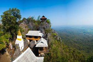 Wat-Phutthabat-Sutthawat-Lampang-Thailand-01.jpg