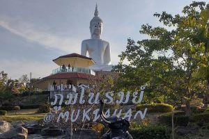 Wat-Roi-Phra-Phutthabat-Phu-Manorom-Mukdahan-Thailand-02.jpg