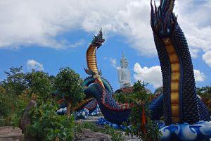 Wat-Roi-Phra-Phutthabat-Phu-Manorom-Mukdahan-Thailand-04.jpg