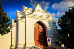 Wat-Sao-Thong-Thong-Lopburi-Thailand-004.jpg