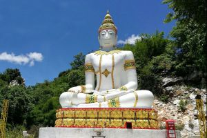 Wat-Tham-Kaew-Kanchanapisek-Kanchanaburi-Thailand-03.jpg