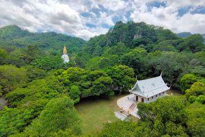 Wat-Tham-Phra-Phothisat-Saraburi-Thailand-02.jpg