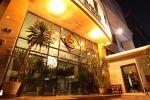 White-Palace-Hotel-Bangkok-Thailand-Entrance.jpg